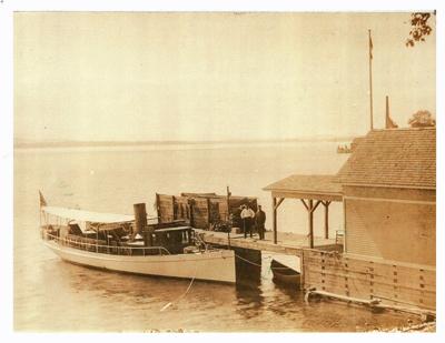 Rosslyn boathouse with Kestrel